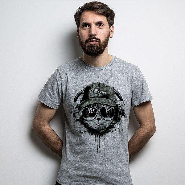 Camiseta Gato Ouvindo Música de Boné e Óculos