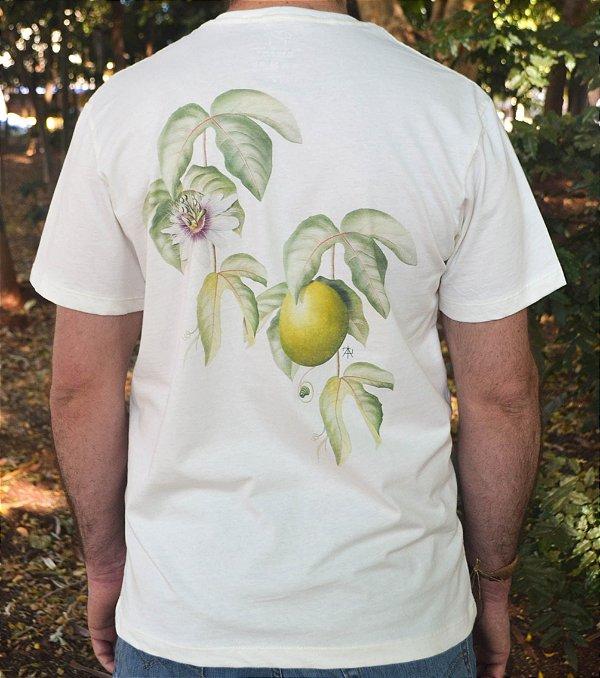 Camiseta Linha Tingimento Natural- Estampa Maracujazeiro - Artista: Albano