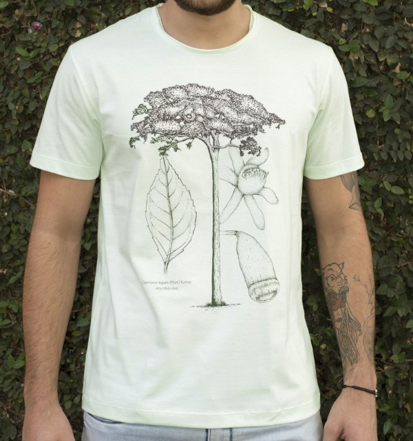 Camiseta Masculina em Algodão Orgânico - Estampa Jequitibá - Artista: Joelcio Freitas