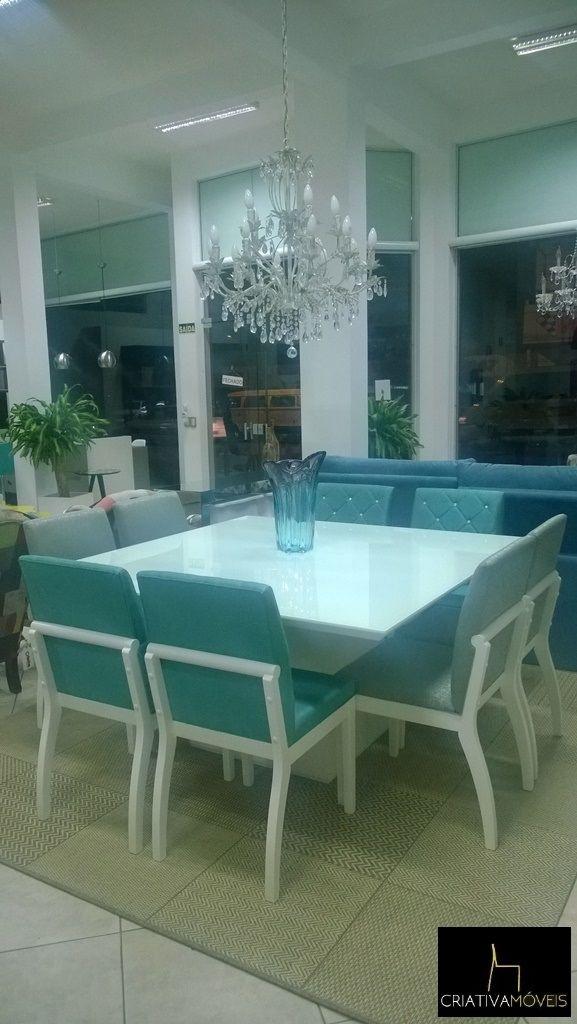 Sala de Jantar com 8 lugares com cadeira com detalhe com cristais, vidro branco e laca branca.