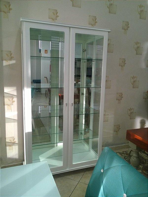 Cristaleira Laca Branca com prateleiras de vidro, e fundo com espelho.