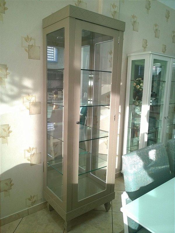 Cristaleira Laca Fendi com prateleiras de vidro, e fundo com espelho e iluminação interna.