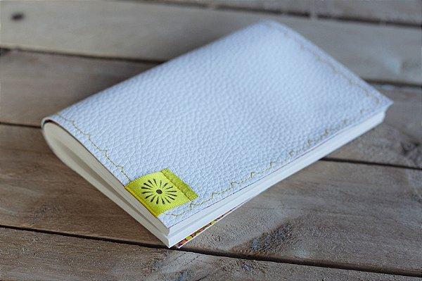 Caderneta de bolso em couro ecológico branca com tecido estampado - miolo em papel pólen bold