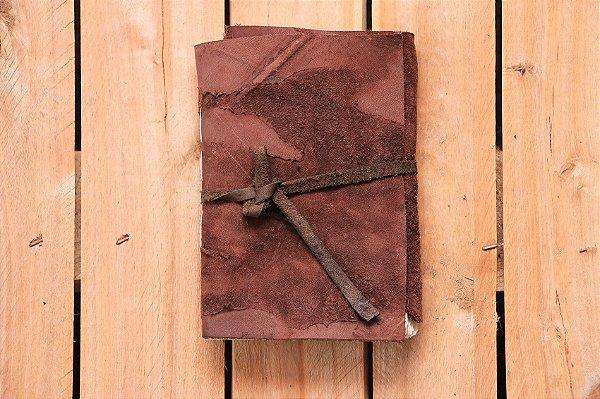 """Caderneta de couro marrom """"surrado"""" com miolo envelhecido Bodoque"""
