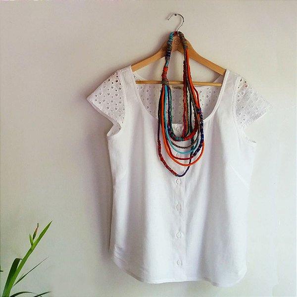 Blusa Plus Size de Linho e Lesis Branca Com Botão