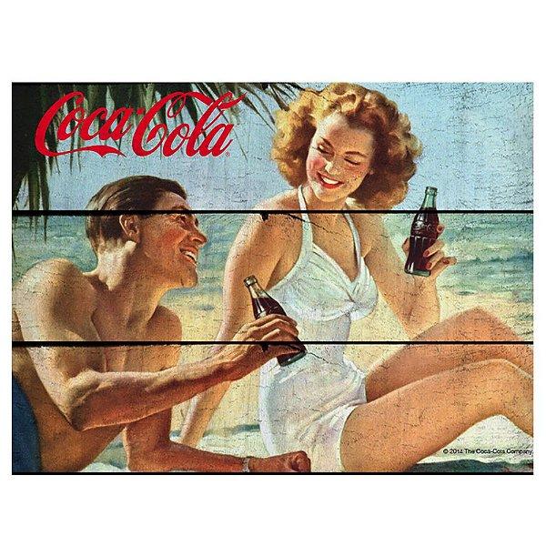 Placa Retangular Decorativa de Madeira Coca-Cola Couple in a Beach - 36 x 50 cm