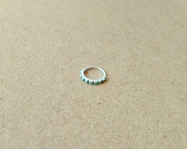 Argola cravejada com pedras na cor verde - em prata 925