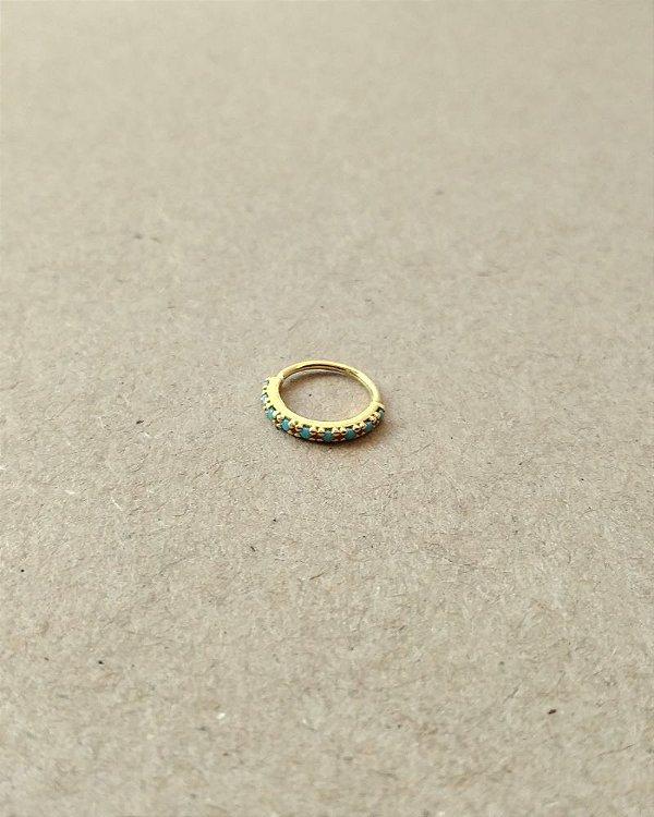 Argola cravejada com pedras na cor turquesa - banhada a Ouro