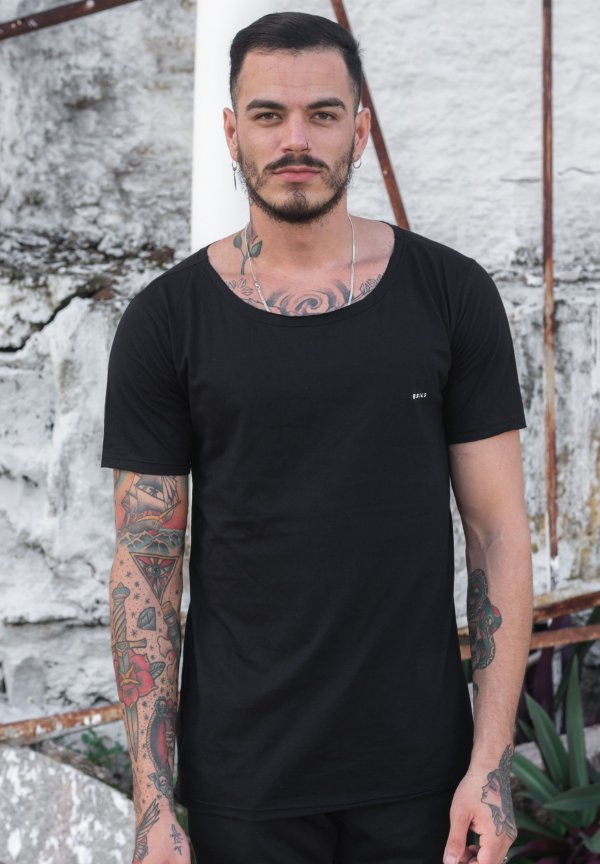 Camiseta Gola Canoa Preta Básica