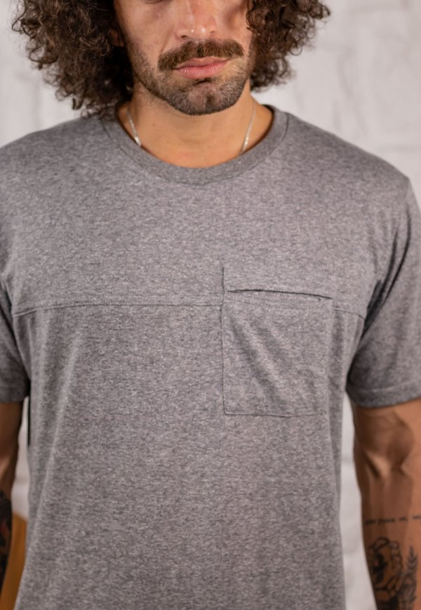 Camiseta Gola Tradicional com Bolso Cinza Mescla