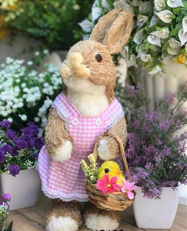 Coelha com cesta em pé