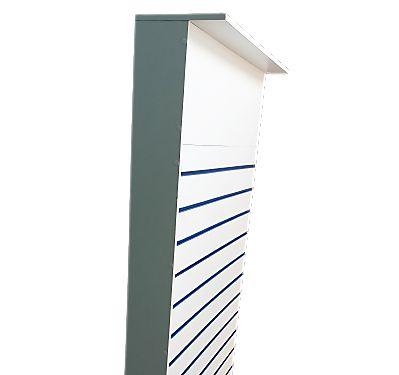 Gôndola Uma Face  De Chão Frente Lisa  com Espaço de 30 cm  para Logotipo - 2,1 m A x 90 cm L  - Com Rodas - Com Canaletas de PVC nos Frisos -  Painel Canaletado MDF18 - Branco - 17 frisos