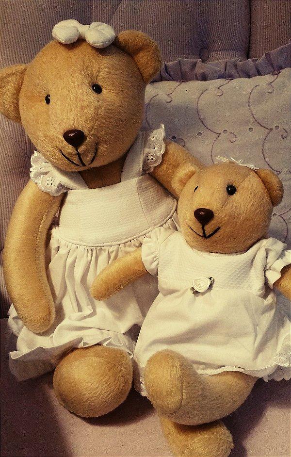 Mamãe ursa com bebê ursa em pelúcia
