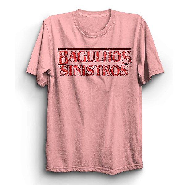"Camiseta Unissex Série Stranger Things Logo ""Bagulhos Sinistros"""