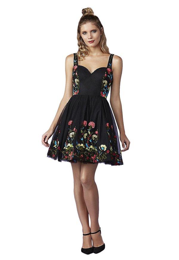 Vestido em tule saia godê com bordado a linha floral