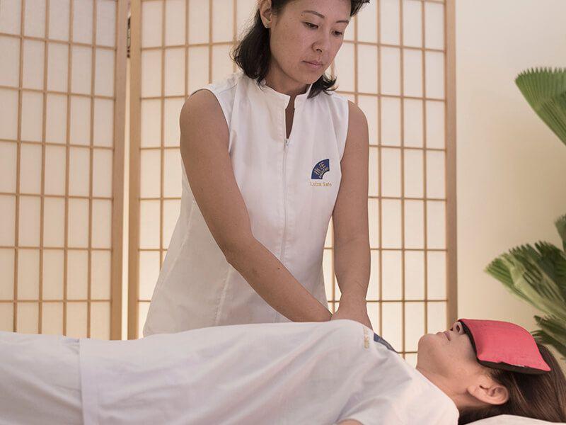 Voucher Massagem Relaxante 60', Reflexologia 30' e Almofada para descanso dos olhos.