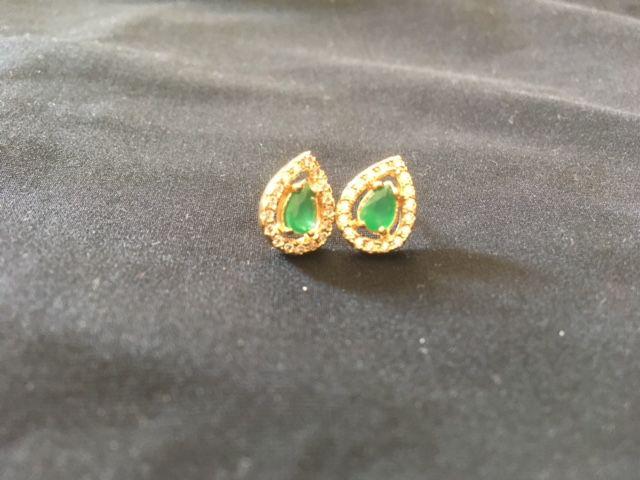 Brinco gota cristal esmeralda e zirconias banho ouro