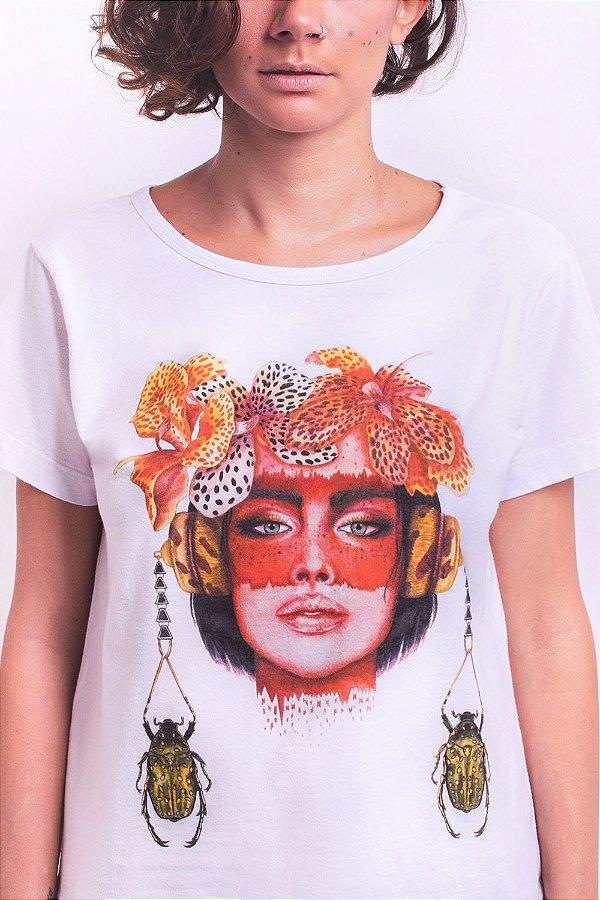 Camiseta Confort Bela Canna com Estampa de Rosto Feminino