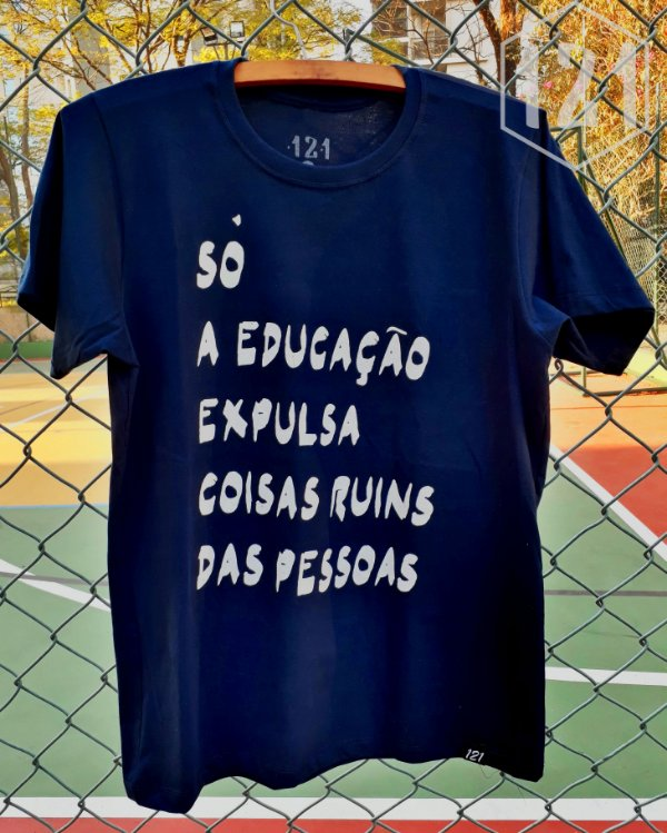 Camiseta Só a Educação expulsa coisas ruins das pessoas
