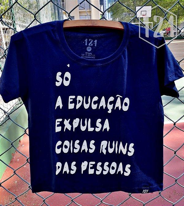Camiseta Feminina Só a Educação expulsa coisas ruins das pessoas