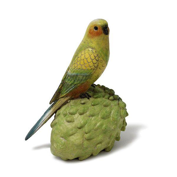 Escultura Pássaro na Fruta-Pinha - 8,5 x 11 x 18 cm