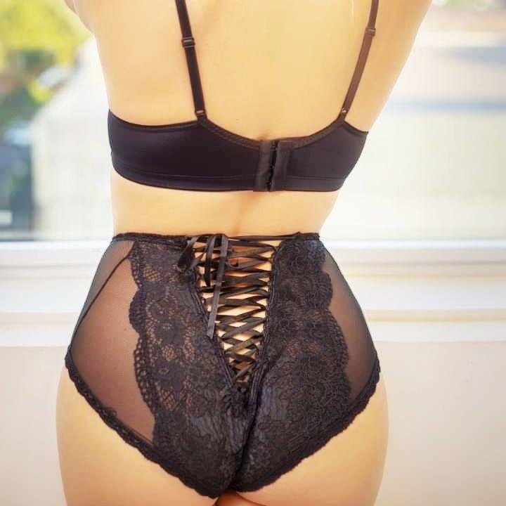 Calcinha Sexy Preta em tule e renda detalhe nas costas