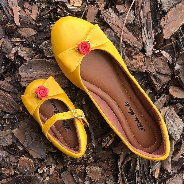 4cce272ac Sapatilha Amarela de Napa com Enfeite de Rosa Vermelha Tal Mãe Tal ...