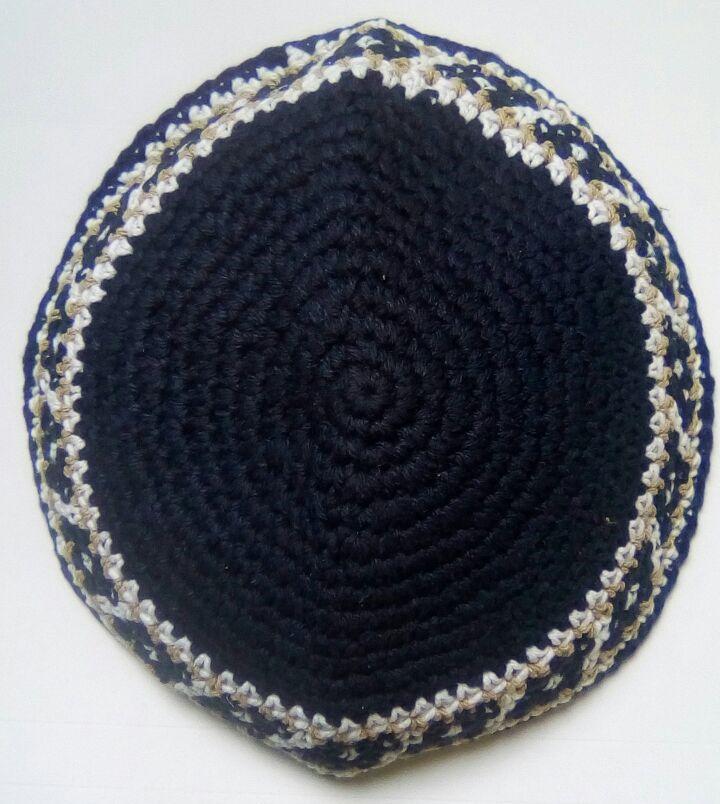Kipá de crochê azul marinho com detalhes na borda - 15cm