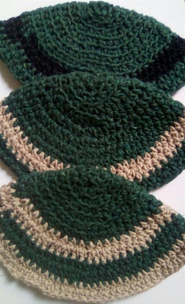 Kipá infantil de crochê verde com detalhe bege