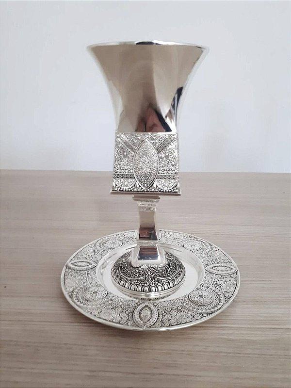 Cálice para Kidush com pé e pires , decorado tanto o pé como o pires , material Silver plate. Mede 5x16cm.