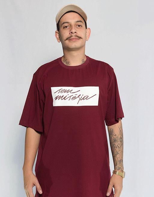 Camiseta Sem Miséria Tag - Bordô