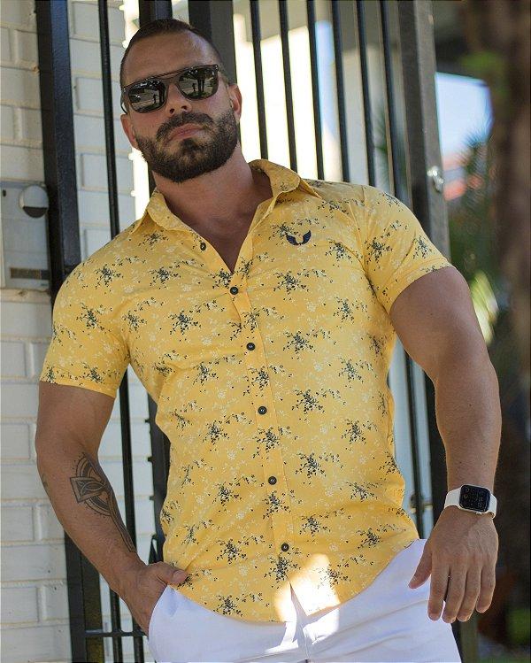 Camisa Masculina Slim Manga Curta em Tricoline Amarela Estampada