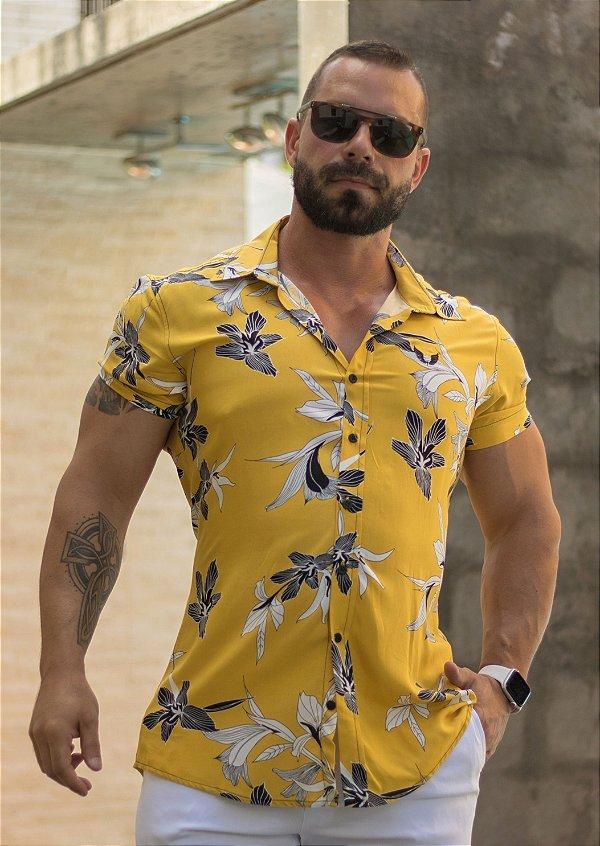 Camisa Masculina Manga Curta em Viscose Amarela Estampada