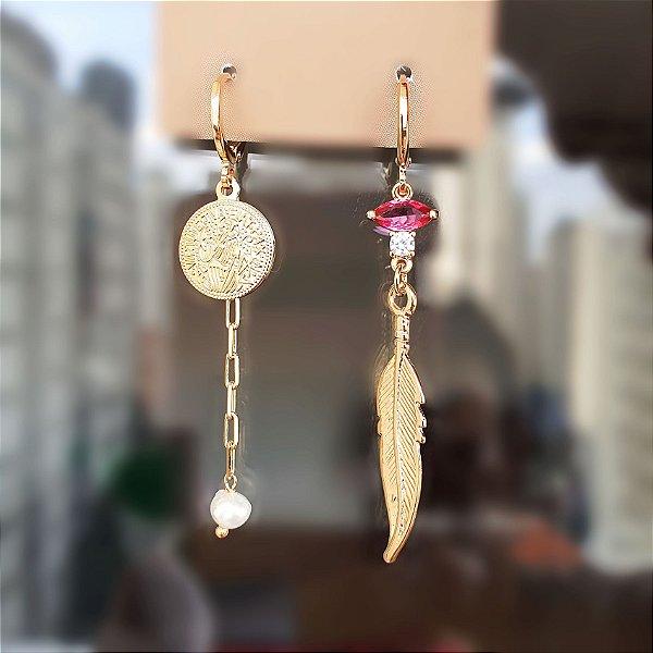 Brinco Argolinha Pena x medalha e pedra barroca