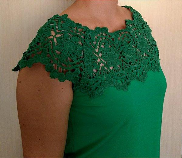 Blusa verde de viscose com detalhes em renda