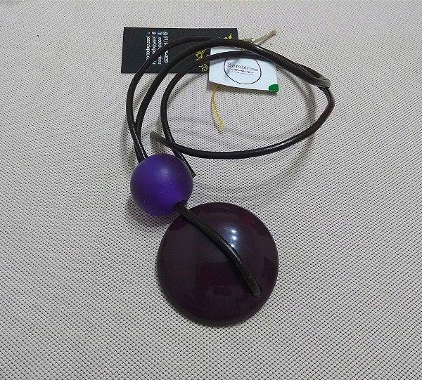 Colar de resina violeta com fio de couro