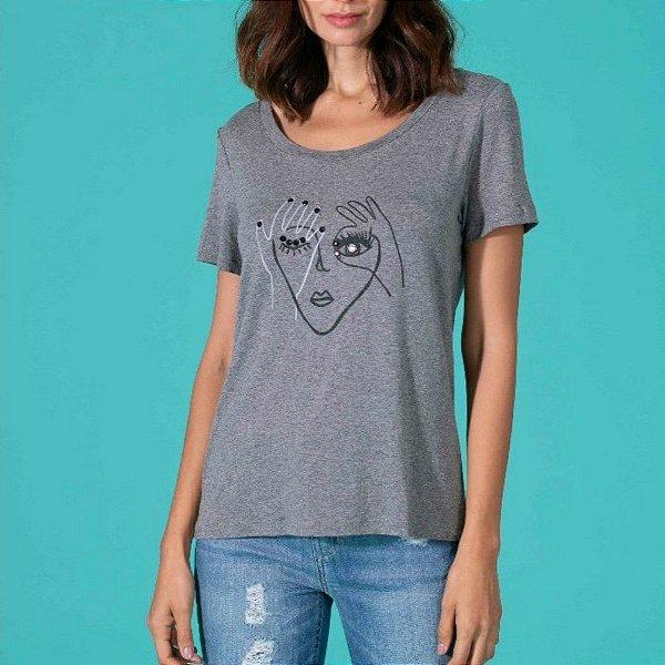 T-shirt cinza com estampa e pedraria