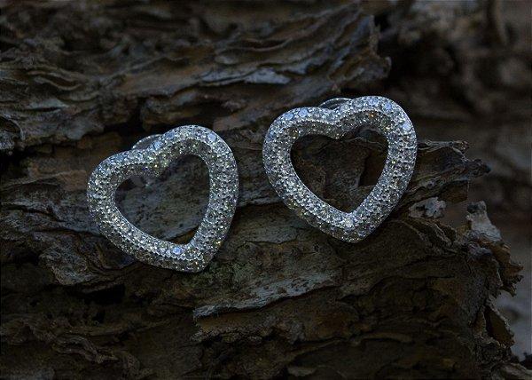 Brinco coração zircônias brancas em prata 925