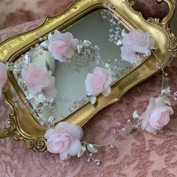 Fio para cabelo de noiva folheado a prata com pérolas brancas,e flores cristais rosa bebê