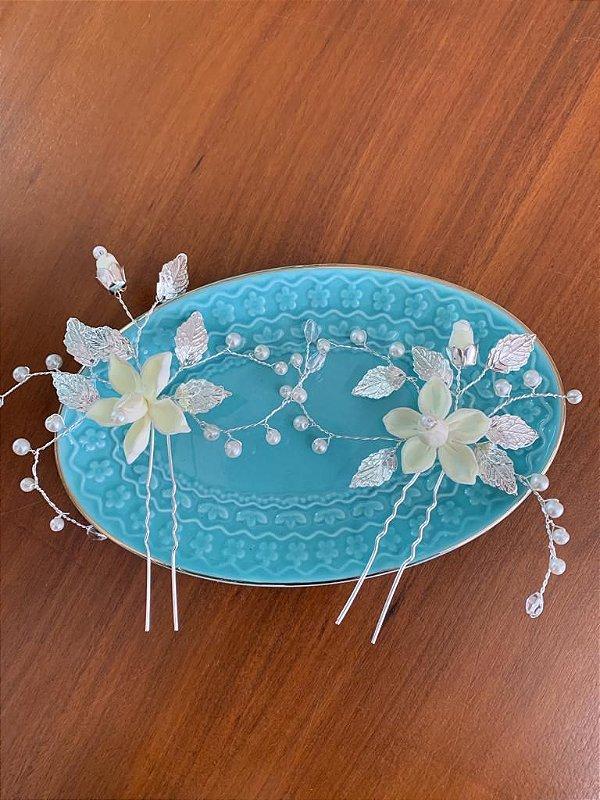 Duo de grampos para noiva com flores de porcelana fria