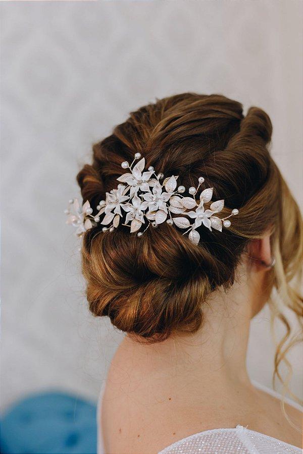 Enfeites para cabelo de noiva dourados com flores de porcelana
