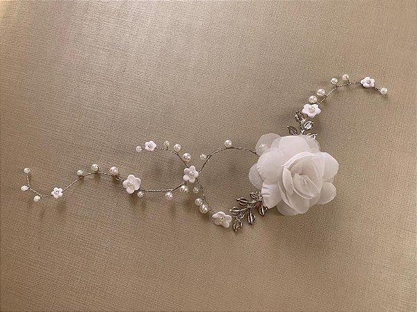 Enfeite para noiva com flor  de tecido prateado