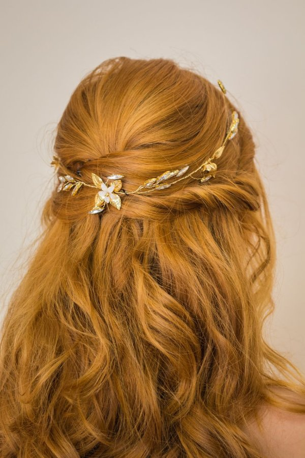 Arranjo para cabelo de noiva com madrepérolas metais dourados