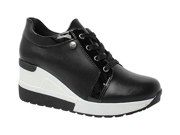 Tênis sneaker preto  com salto branco e detalhes em verniz