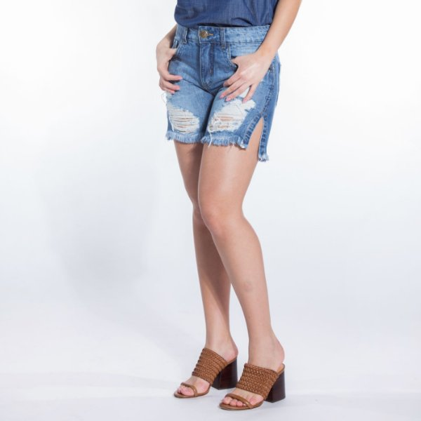 Bermuda Jeans Destroyed com Fenda Lateral