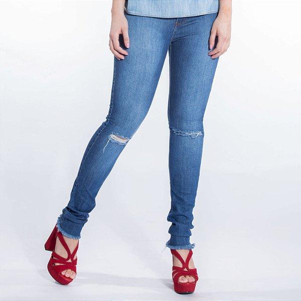 Skinny Jeans Retrô com Rasgo no Joelho