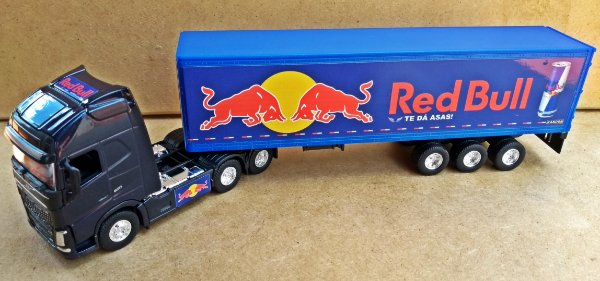 VOLVO FH500 RED BULL - ESCALA 1/64 + CARRETA (ESCALA 1/68) = 25 CM