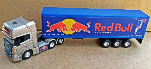 SCANIA R730 RED BULL - ESCALA 1/64 + CARRETA (ESCALA 1/68) = 25 CM