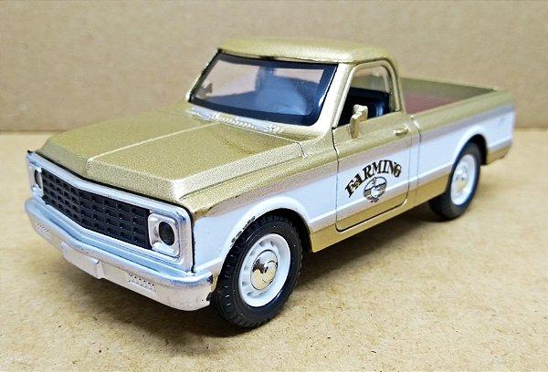 Chevrolet C10 Americana Dourada - Escala 1/32 - 12 CM