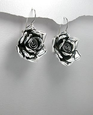 brinco de prata formato de rosa